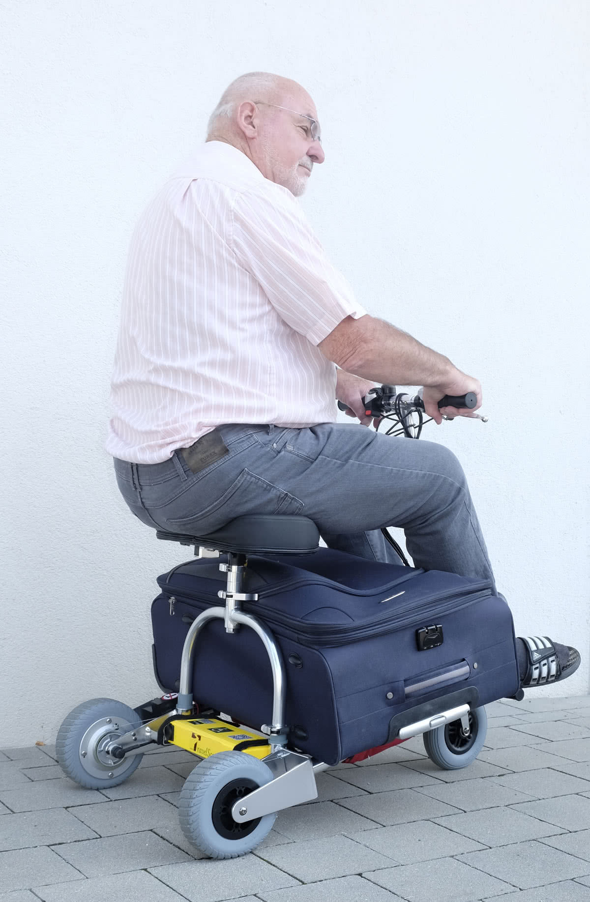 TravelScoot transports a suitcase