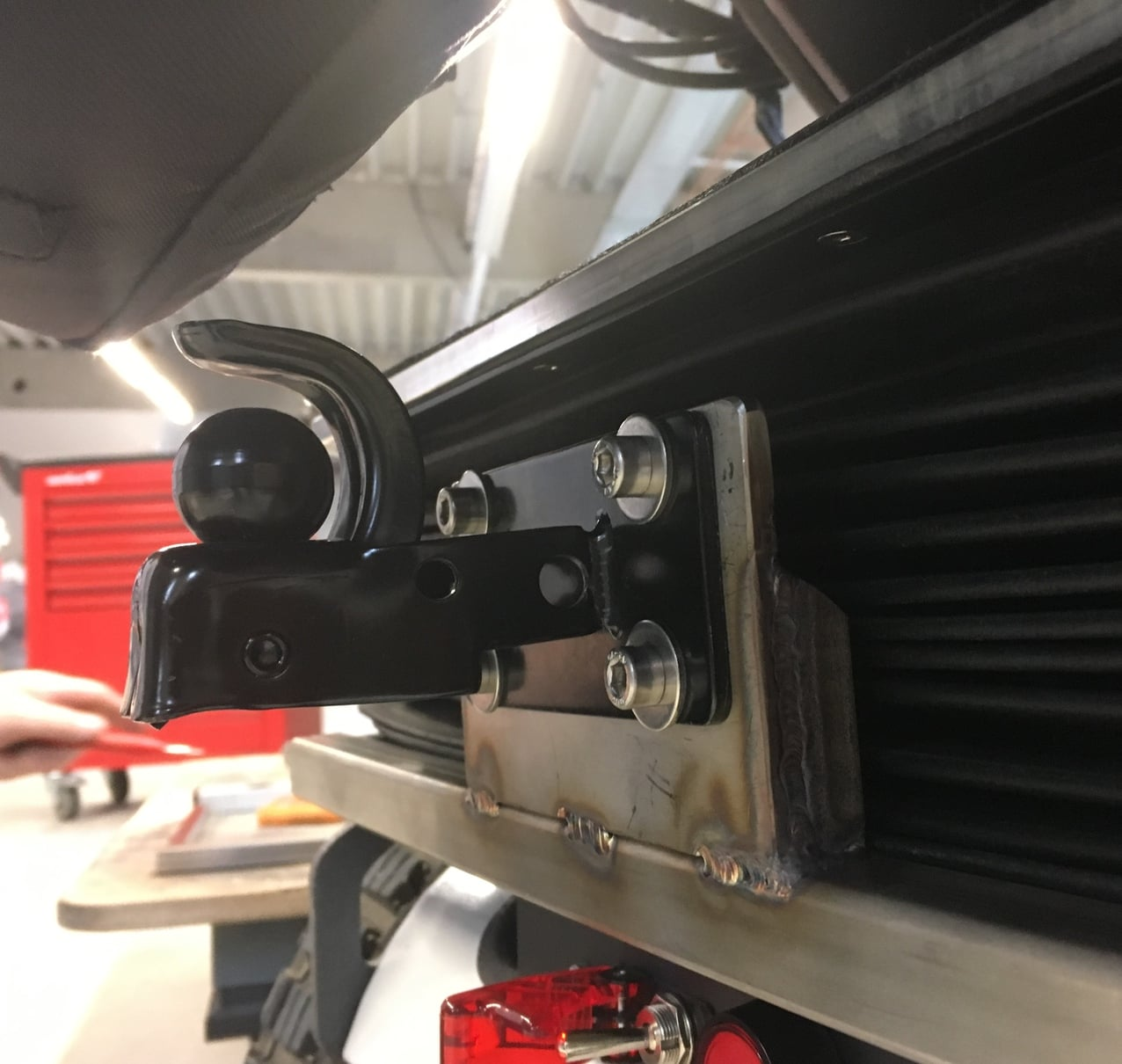 Mounting the running board trailer on the electric vehicle